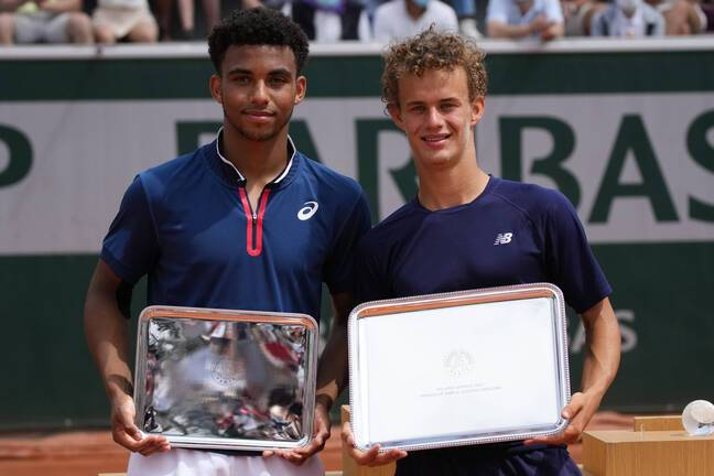 Le finaliste Arthur Fils (à gauche) n'a que 16 ans.