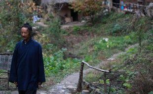 Maître Hou devant son abri de fortune dans les monts Zhongnan (Chine) le 31 octobre 2014