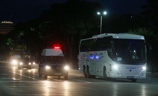 Le bus de l'équipe de la Serbie escortée par la police albanaise à Tirana, le 7 octobre 2015.