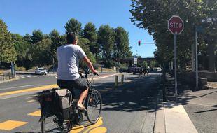Un cycliste sur une nouvelle voie mixte ouverte aux vélos et aux bus