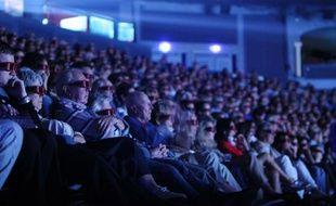 Des spectateurs pendant la projection d'un film au cinéma.