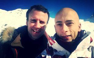 Le ministre de l'Economie Emmanuel Macron pose pour un selfie dans les Hautes-Pyrénées avec un skieur, le 23 février 2015.