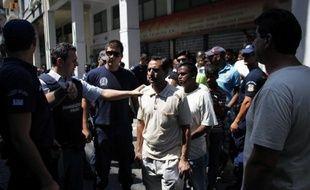 """Human Right Watch a vigoureusement dénoncé mercredi la chasse aux immigrés sans-papiers menée par la police grecque dans le centre d'Athènes ces derniers jours, qui selon cette ONG, n'a aucune """"base légale""""."""