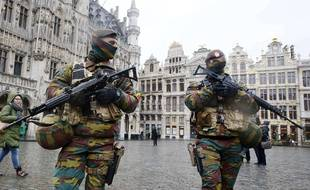 Des militaires patrouillent sur la Grand Place à Bruxelles, le 24 novembre 2015.