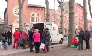 Le camion du Secours populaire, un dimanche matin, place du Salin à Toulouse.