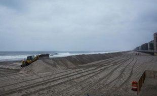 Un tractopelle construit une barrière de sable sur la plage de Long Beach, près de New York, en prévision de l'arrivée de l'ouragan Joaquin, le 2 octobre 2015