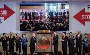 """Le président de la Bourse de Hong Kong, Chow Chung Kong, et le chef de l'exécutif local Leung Chun-ying s'apprêtent à sonner le gong pour le lancement de la plate-forme boursière """"Connect"""", le 17 novembre 2014"""