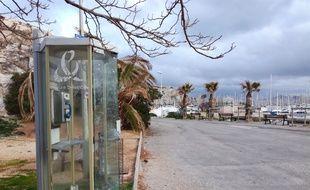 La dernière cabine téléphonique de Marseille se trouve au Frioul