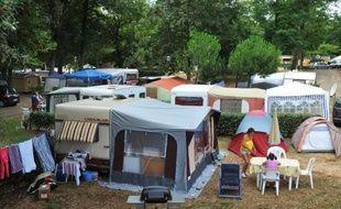 """Vue prise le 10 juillet 2009 de tentes installés au camping 4 étoiles """"Les Brunelles"""" à Longeville-sur-Mer"""
