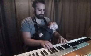 En jouant au piano la