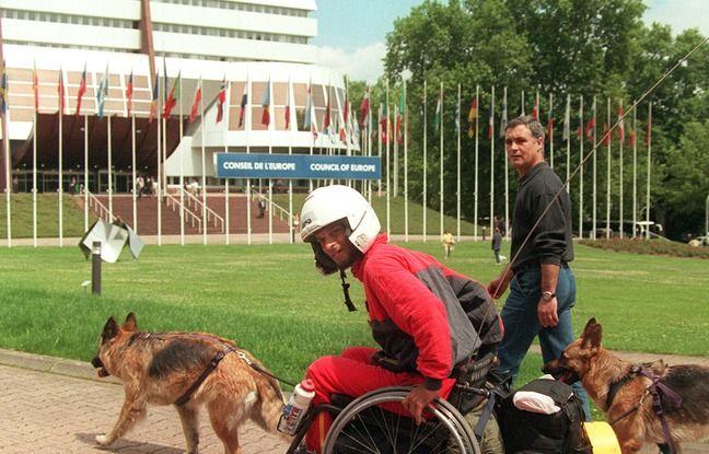 Strasbourg (Bas-Rhin), le 17 juin 1998. Alain Cocq arrive au conseil de l'Europe après un périple en fauteuil roulant de plus de 2.000 kilomètres.