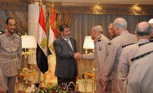 Le président égyptien Mohamed Morsi a mis à la retraite le maréchal Hussein Tantaoui, ministre de la Défense, ainsi que le chef d'Etat-major de l'armée Sami Anan, a annoncé dimanche l'agence officielle Mena.