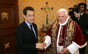 """Nicolas Sarkozy a été reçu jeudi par le pape Benoît XVI lors de sa première visite de chef d'Etat au Vatican où il devait recevoir en outre le titre de """"chanoine honoraire"""" de la basilique de Saint-Jean-de-Latran."""