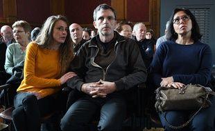 Christian Bouchon, le mari de la victime, sa fille Carlyne et Sandra, la soeur de Patricia Bouchon, lors du procès de Laurent Dejean.