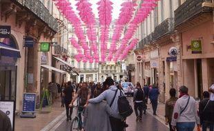 Les parapluies roses dans la rue de la loge à Montpellier, à l'occasion d'Octobre rose