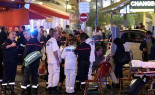 Policiers et pompiers sur les lieux du mouvement de foule qui a fait plusieurs blessés à Nice, le 30 avril 2018.