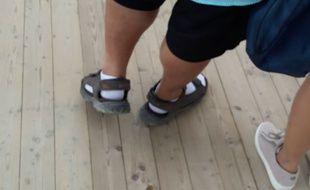 Des chaussettes dans les sandales.