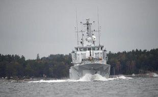Un navire de la marine suédoise patrouille dans l'archipel de Stockholm au 5e jour des recherches d'un sous-marin étranger, le 21 octobre 2014