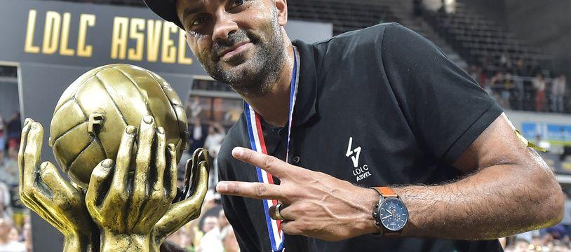 Tony Parker a pu poser pour la troisième fois de la saison mardi aux côtés d'un trophée majeur du basket français.