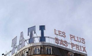 """Sur le toit du magasin de Barbès, emblème de la marque, figure le slogan de Tati : """"Les plus bas prix""""."""