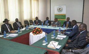Le Premier ministre éthiopien Hailemariam Desalegn (c), le président Salva Kiir (g) et son rival et ancien vice-président Riek Machar (d), le 3 mars 2015 à Addis Abeba