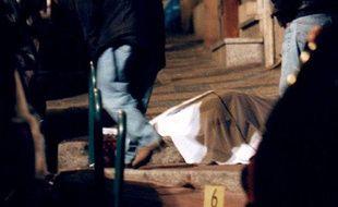 Le corps du préfet de Corse Claude Erignac, abattu en pleine rue d'Ajaccio, le 6 février 1998