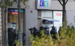 Un homme armé, qui réclamait un logement social pour lui et son fils, a pris en otages pendant plus de deux heures quatre personnes dans une banque CIC de Paris avant de se rendre à la police.