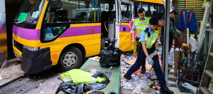 Le bus a fini sa course dans un immeuble à Hong Kong.