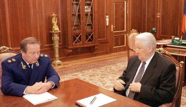 Le procureur Iouri Skourativ et le président russe Boris Eltsine, le 23 octobre 1998 au Kremlin (Moscou).