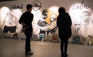 Des visteurs à l'exposition en hommage à Charlie Hebdo au musée de la BD à Angoulême, le 29 janvier 2015