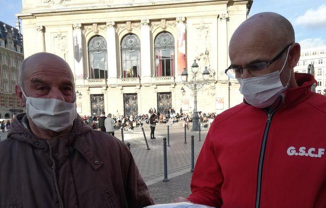 Sur la Grand Place, Jacques nous montre les articles qui parlent de lui et de ses toiles qu'il n'a plus le droit de vendre