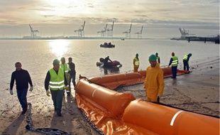 Les volontaires ont vérifié leur capacité à déployer un barrage flottant anti-marée noire sur le port de Dunkerque.