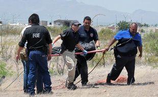 Illustration des forces de police de Chihuahua, au Mexique, transportant un cadavre.