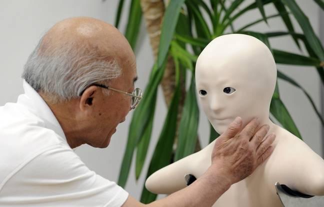 Un homme interagit avec le robot Telenoid.