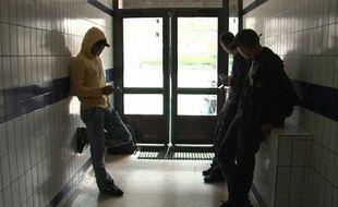 Extrait du documentaire «La cité du mâle». Rachid, Yassine et Hakim squattent dans un hall d'immeuble.