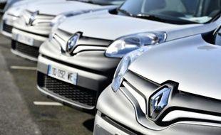Des véhicules du constructeur automobile Renault, le 15 janvier 2016 à Saint-Herblain