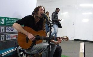 Chaque jour, le chanteur reggae Vanupié s'installe metro Chatelet-les Halles pour un concert de deux-trois heures.