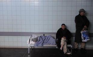 Un tiers des personnes sans domicile en Ile-de-France sont atteintes d'un trouble psychiatrique sévère, et près d'un tiers souffrent au moins d'une addiction (alcool, drogues, médicaments) selon une étude de l'Inserm et de l'Observatoire du Samu social de Paris, rendue publique mercredi.