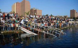 Une épave est sortie des eaux du Nil, après un accident entre un navire de plaisance et un cargo qui a fait 29 morts au nord du Caire, le 23 juillet 2015