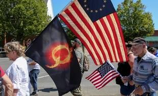 Des supporteurs de Donald Trump, le 15 août à Portland, avec un drapeau «Q» de la mouvance QAnon.