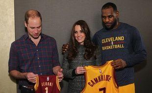 Le Prince William et sa femme Kate se font offrir des maillots par la star de Cleveland, LeBron James, le 8 décembre 2014 à New York.