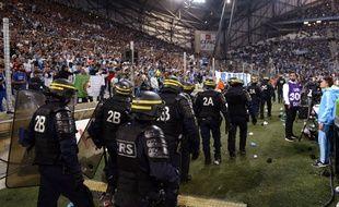 Les forces de l'ordre interviennent lors du match entre Marseille et Lyon, le 20 septembre 2015 au stade Vélodrome.