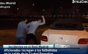 Des supporters du Real Madrid s'en prennent aux voitures des joueurs, le 23 mars 2015, à Madrid.