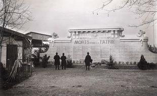 Le monument aux morts de l'ancien stade Ernest-Wallon, le 11 novembre 1936. 79 noms de membres du Stade Toulousain morts lors de la Première Guerre mondiale y étaient inscrits.
