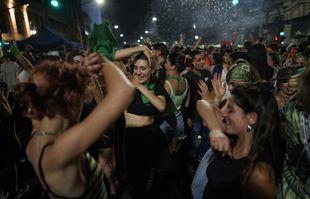 Des militantes du droit à l'avortement devant le Congrès, à Buenos Aires, le 11 décembre 2020.