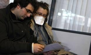 Illustration d'un couple français malade de la grippe, en attendant une vaccination.
