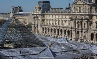 Dans la Cour Napoléon du Louvre, des volontaires s'affairaient à coller vendredi 29 mars 2019 les derniers lés de papier du collage géant de JR.