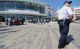 Un policier devant le centre des congrès des-Sables-d'Olonne, où se tient le procès de la tempête Xynthia qui a fait 29 morts en février 2010, le 15 septembre 2014