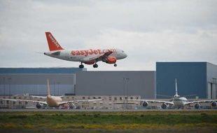 Un avion de la compagnie Easyjet atterrit à l'aéroport Toulouse-Blagnac, le 16 novembre 2011.