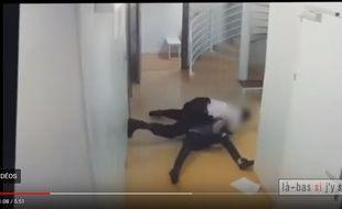 Après la diffusion d'une vidéo montrant un policier frappant un détenu dans l'enceinte du nouveau tribunal de Paris, une enquête de l'IGPN a été ouverte jeudi pour «faux» et «violences par personne dépositaire de l'autorité publique».